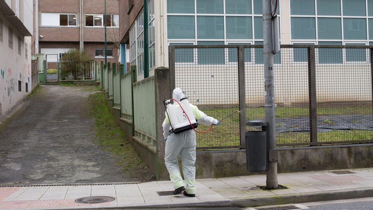 Un operario desinfectando el colegio lucense de Paradai, el que más casos suma actualmente en Galicia