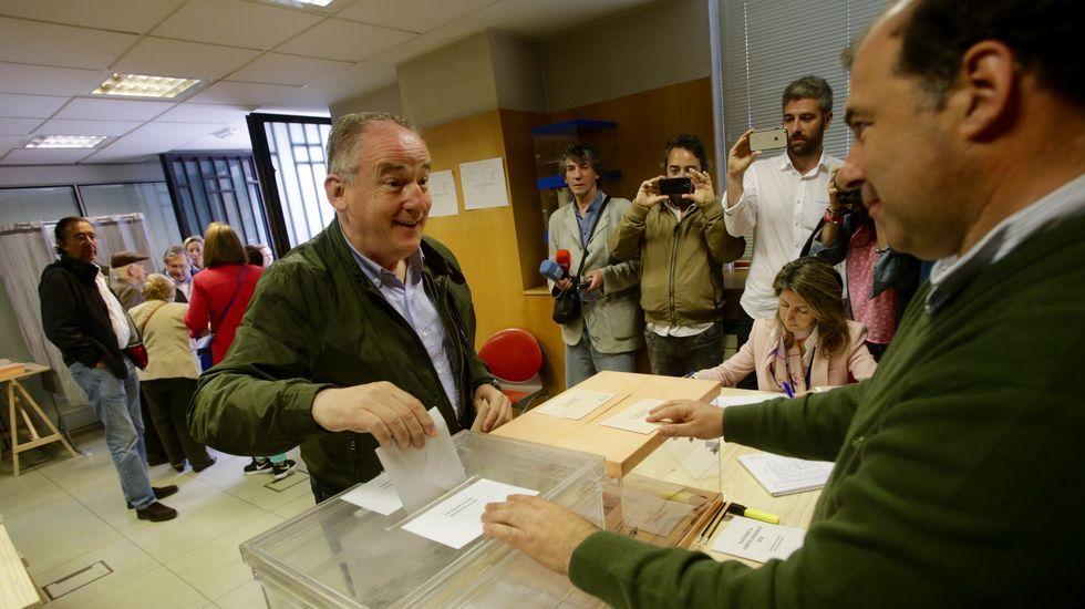 Miguel Lorenzo candidato del PP por A Coruña votando