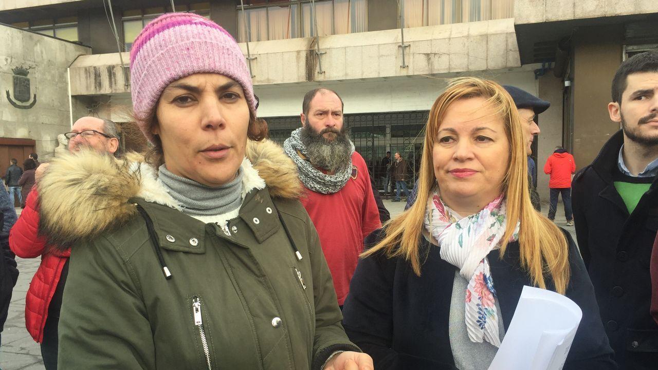 Manolita y Nair exportan la lucha de los vecinos de La Camocha.Afectados de La Camocha y vecinos en Correos, después de entregar la carta certificada a la administración concursal