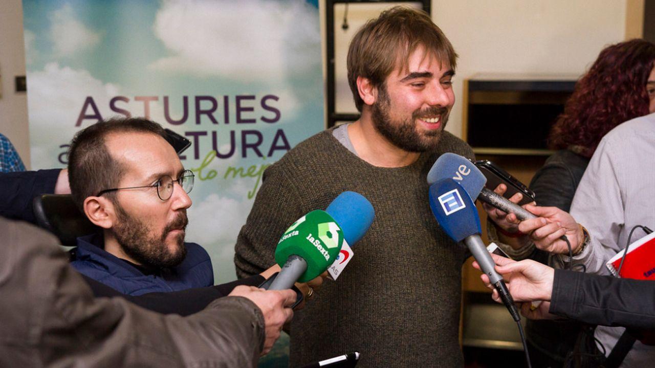 Un centenar de personas evita el desahucio de una mujer de 72 años en Gijón.Pablo Echenique y Daniel Ripa