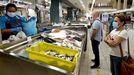 Tres o cuatro veces por semana recomiendan consumir pescados, como estos que vendían a principios de mes en una pescadería de la plaza de Teis (Vigo)