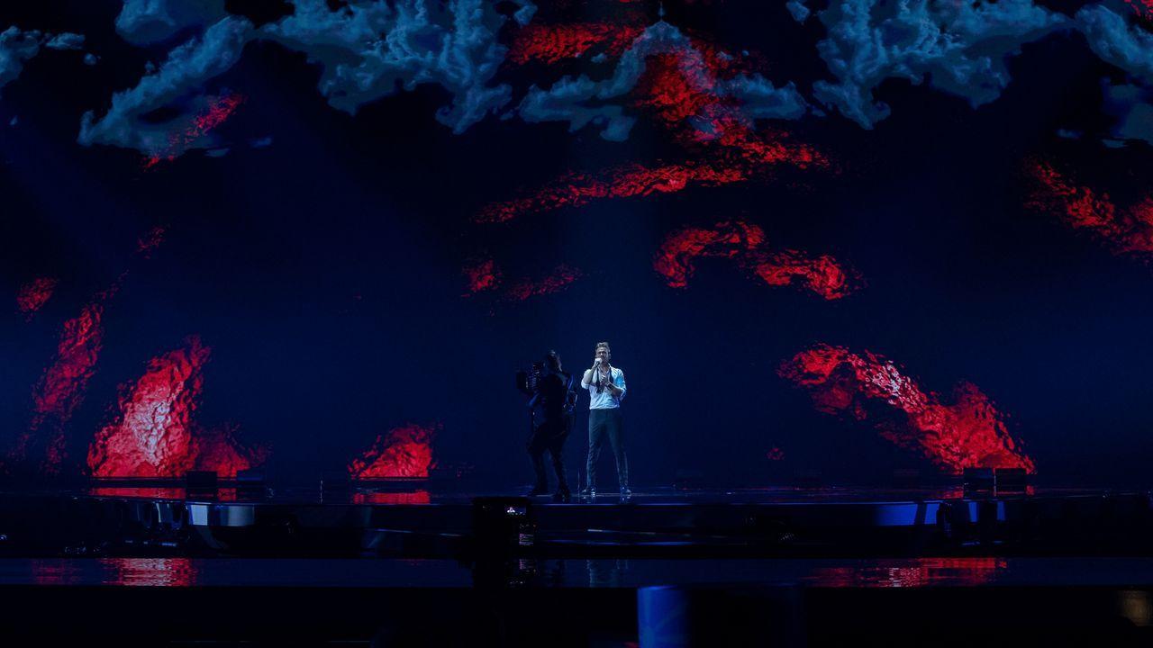 Estonia: el cantante Uku Suviste ensayando su tema «The lucky one» sobre el escenario de Eurovisión 2021