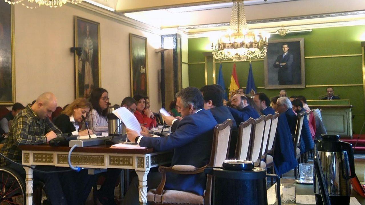 Rubén Rosón se dirige a Agustín Iglesias Caunedo, al término de un pleno de Oviedo.Pleno del Ayuntamiento de Oviedo