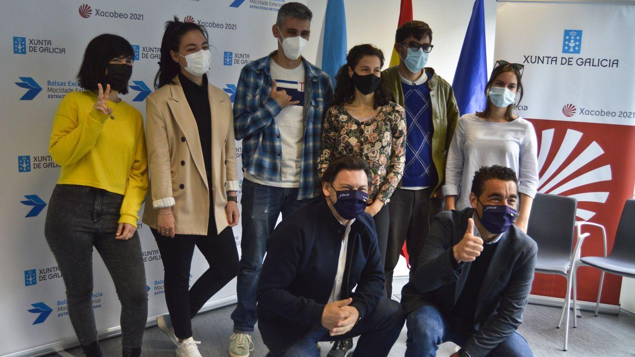 Alumnos beneficiarios de las becas Beme junto con el secretario general de Emigración, Antonio Rodríguez, y el delegado territorial de la Xunta, Luis López