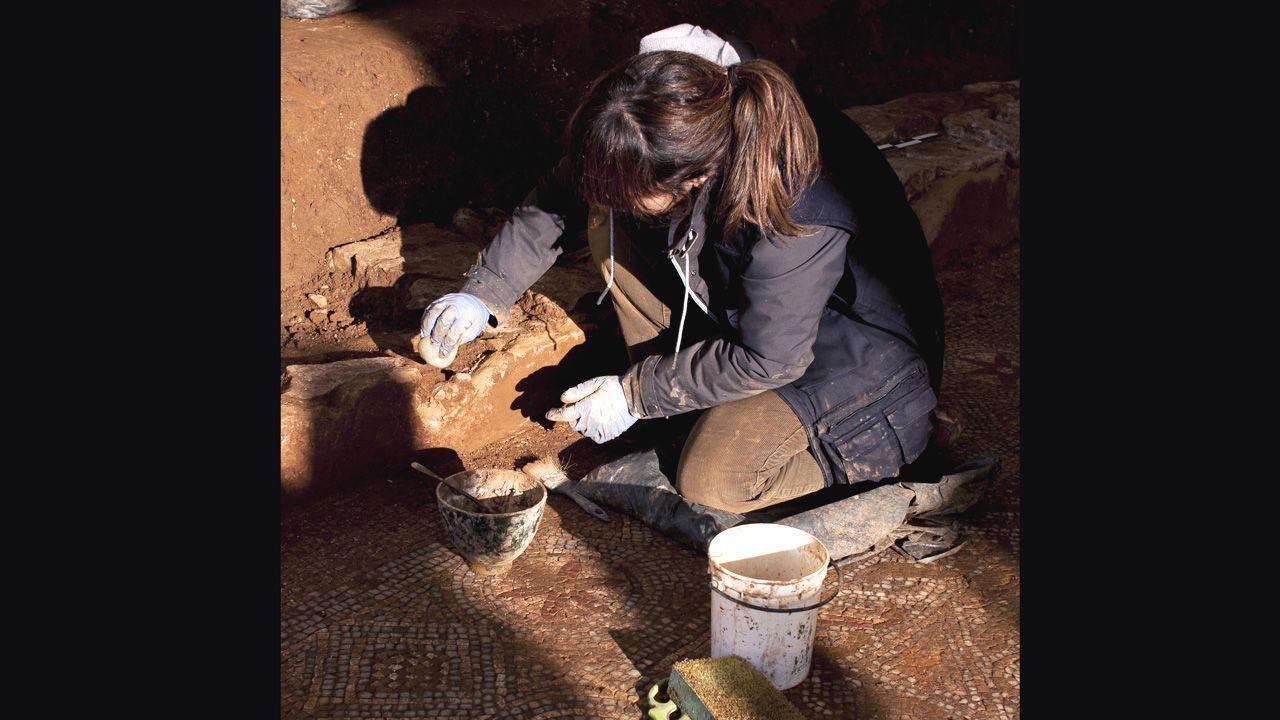 Imágenes de una excavación minuciosa.Los expertos emplearon la campaña de verano en retirar minuciosamente materiales para dejar al descubierto la casa
