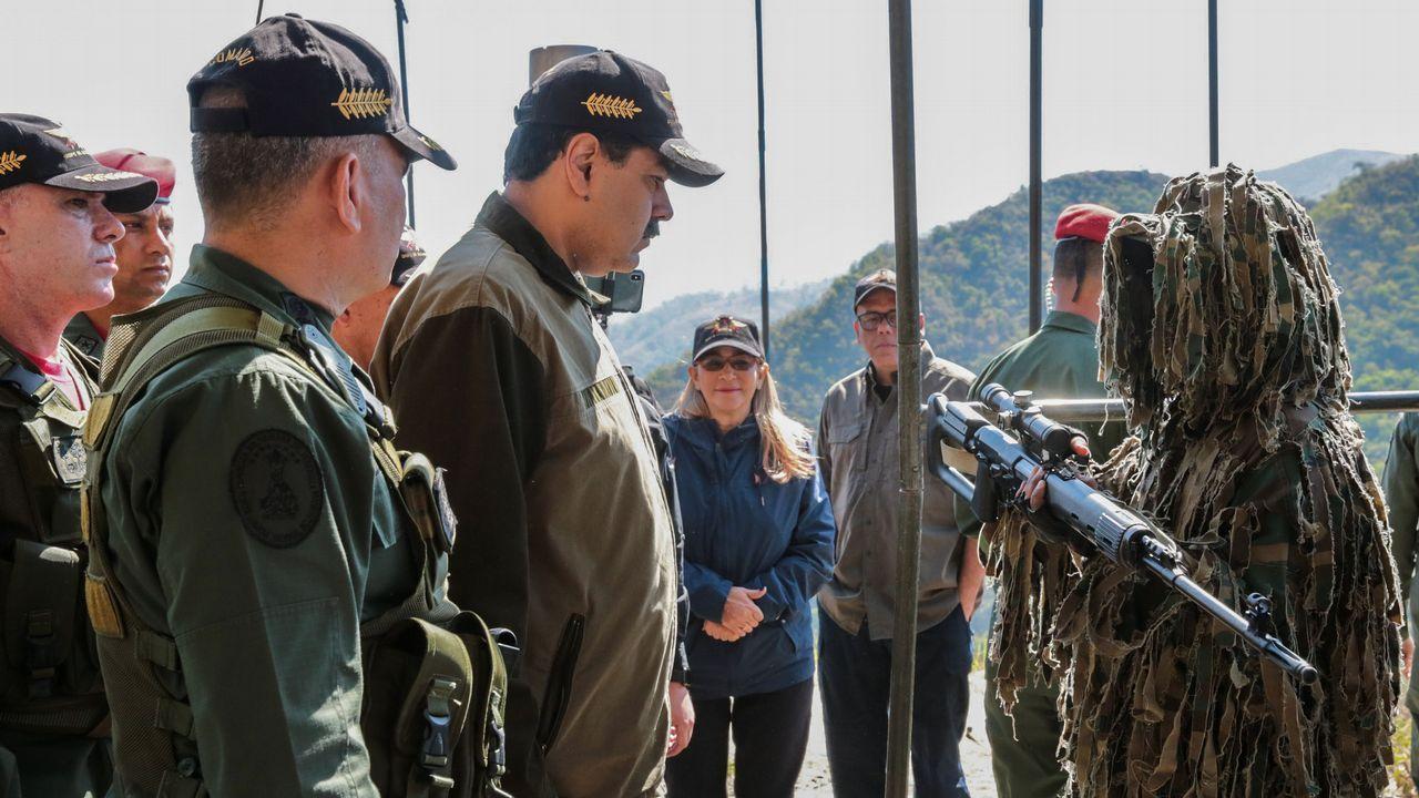 Venezuela se echa a la calle para reclamar elecciones libres.Maduro y el ministro de Defensa, en un entrenamiento de la Guardia Nacional Bolivariana en Macarao