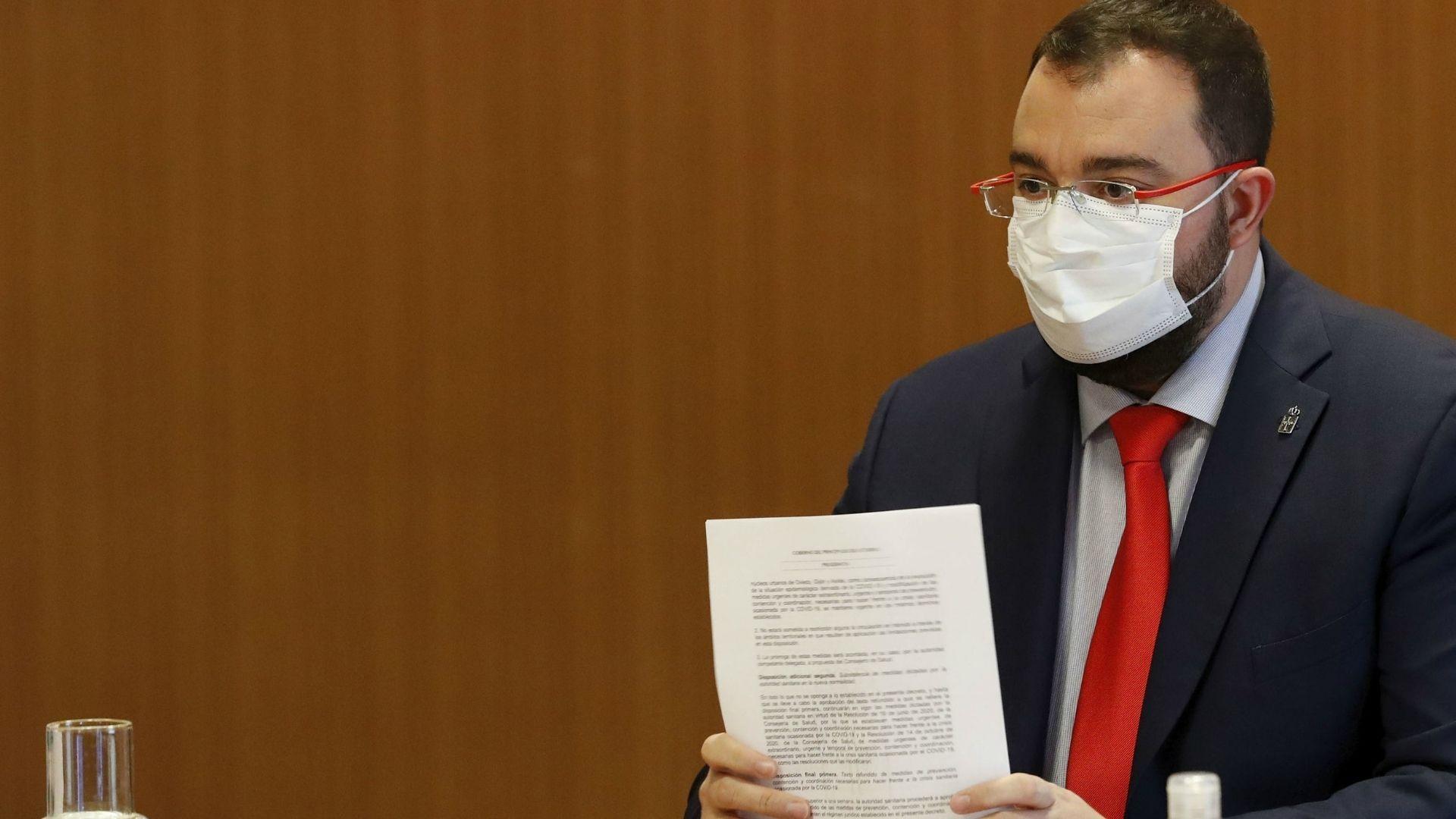 El presdidente asturiano, Adrián Barbón, en  la reunión del comité de crisis de la covid-19