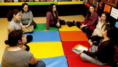 La biblioteca pública Ánxel Casal acogió el primer encuentro de las madres embarazadas.