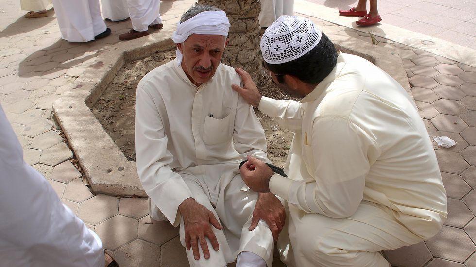 Varios de los supervivientes del atentado, conmocionados en las inmediaciones de la mezquita