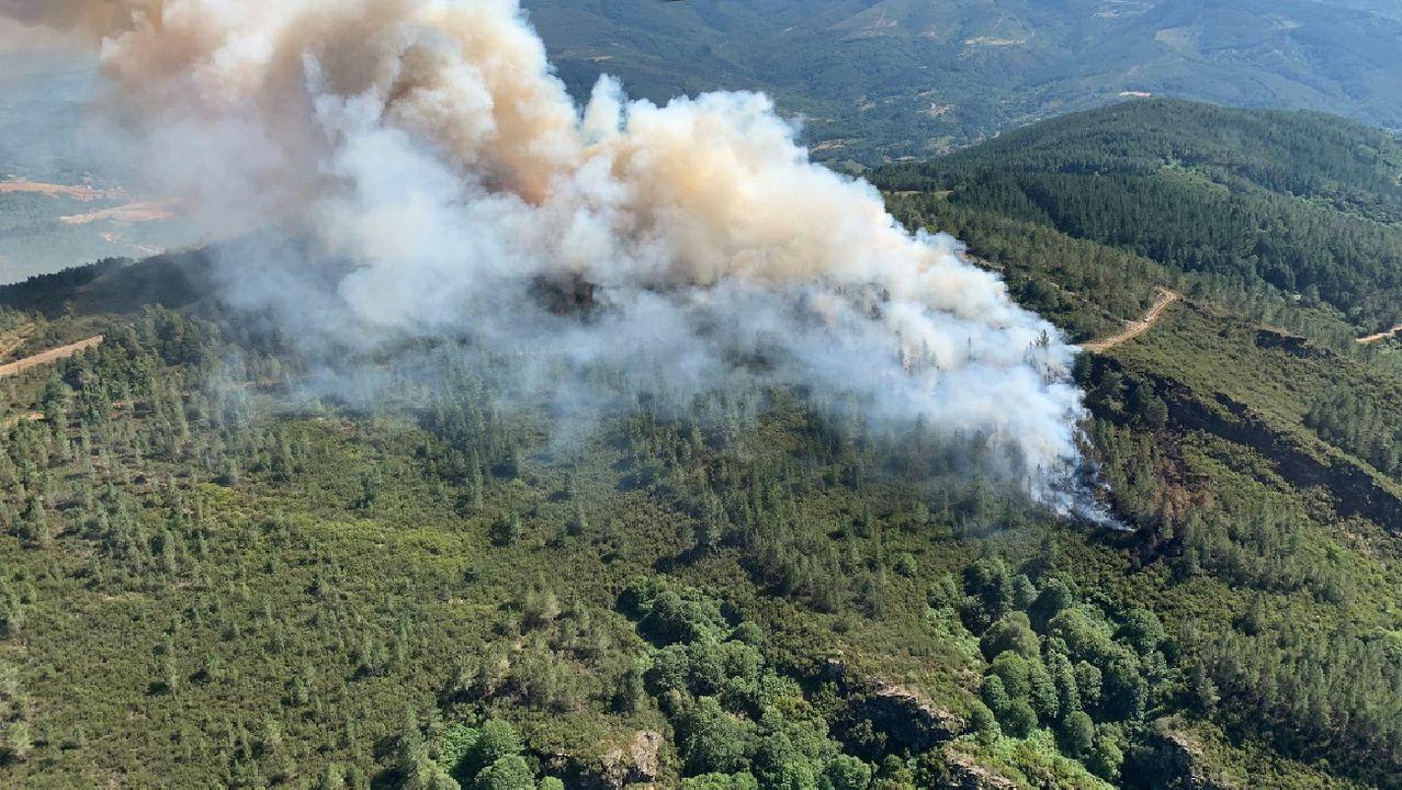Una vista aérea del incendio tomada desde una aeronave de la base de los servicios de extinción del monte Marroxo