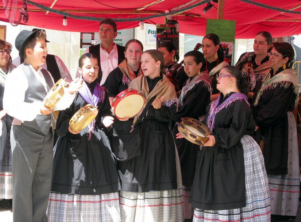 Los grupos tradicionales de la localidad intervinieron para llenar de armonía las calles de la villa.