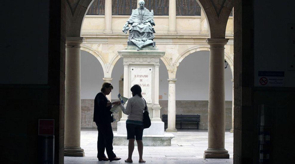 Así comienzan a organizarse los centros educativos para la vuelta a las aulas.El patio de la Universidad de Oviedo.