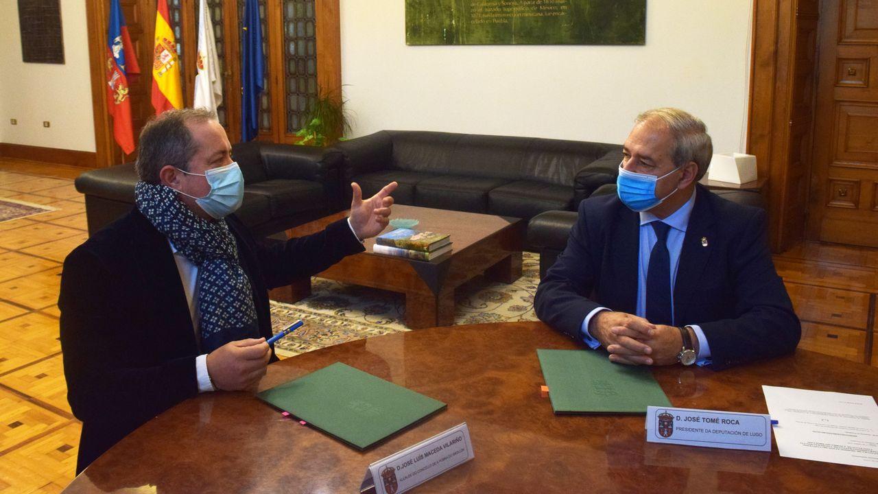 El presidente de la Diputación (a la derecha) con el alcalde de A Pobra, tras la modificación del convenio