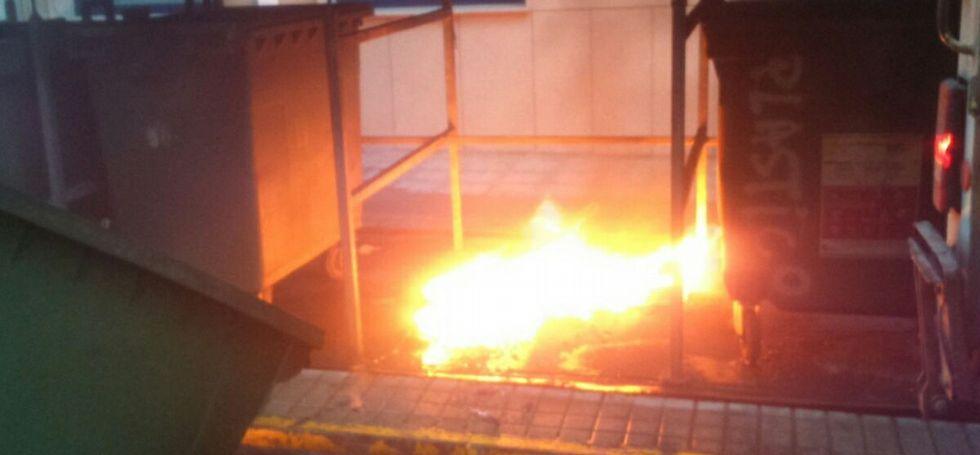 Bomberos de Barreiros apagaron el fuego en el último contenedor que ardió, en la calle Trapero Pardo.