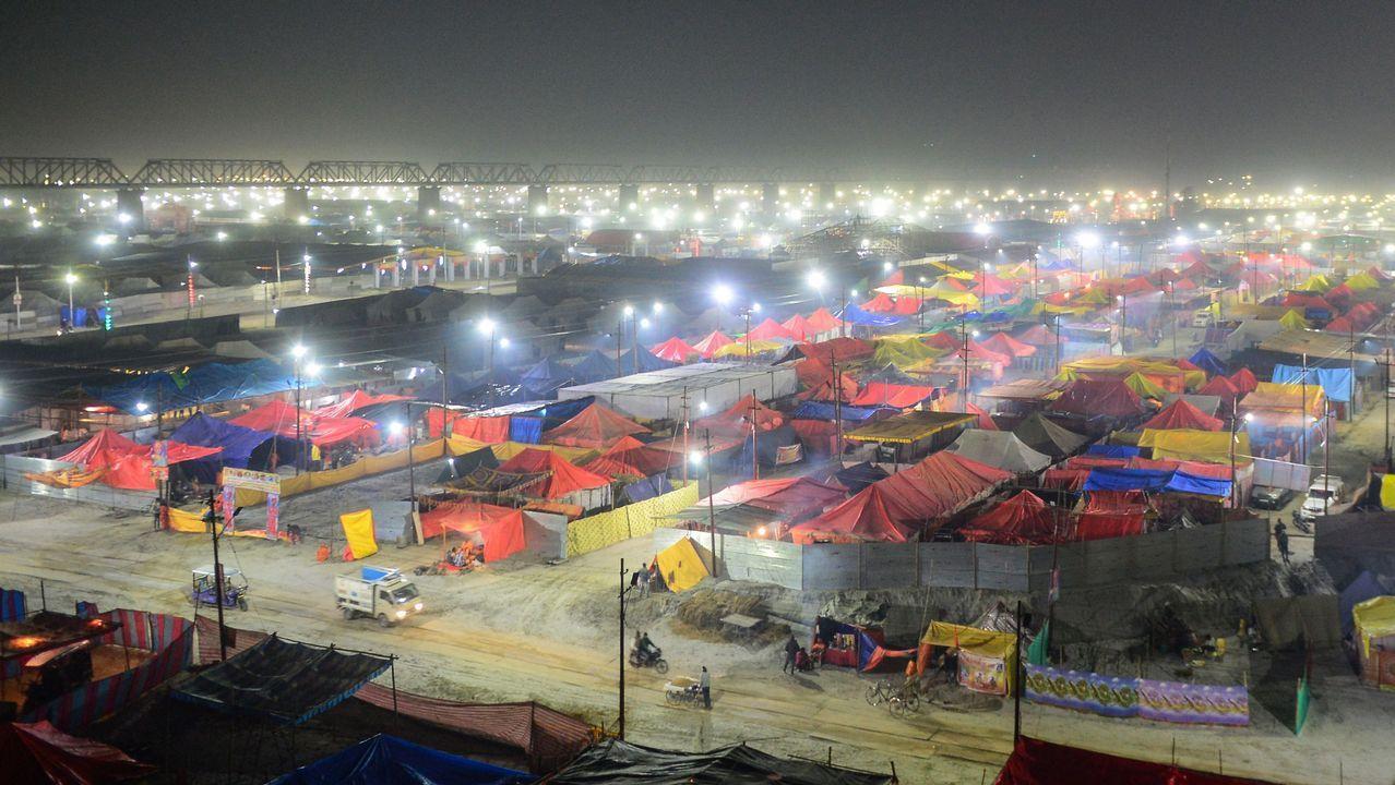 Las tiendas de los sadhus (hombres santos hindúes) se colocan en las orillas de Sangam, la confluencia de los ríos Ganges, Yamuna y Saraswati para el próximo festival Kumbh Mela en Allahabad