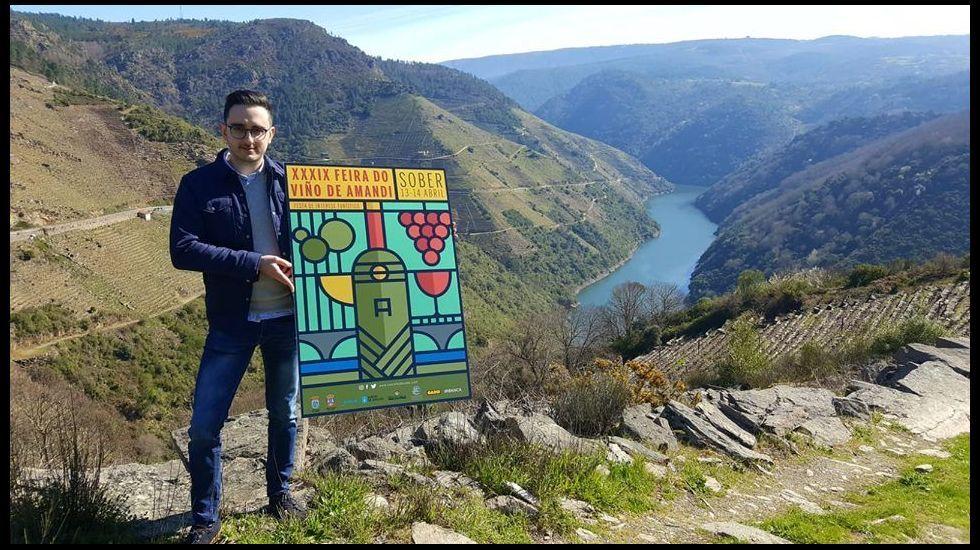 Las fotos del primer mirador sobre el río Cabe.Rodrigo Coucheiro, con el cartel que le hizo ganar el concurso de la Feira de Amandi del 2019