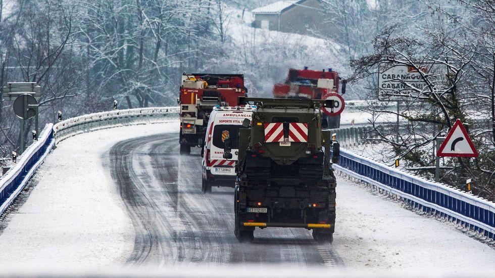 Miembros de la UME se incorporaron este sábado a la búsqueda del segundo operario desaparecido cuando trabajaba con una máquina quitanieves al producirse un alud de nieve en el puerto de San Isidro en la localidad de Aller, Asturias.