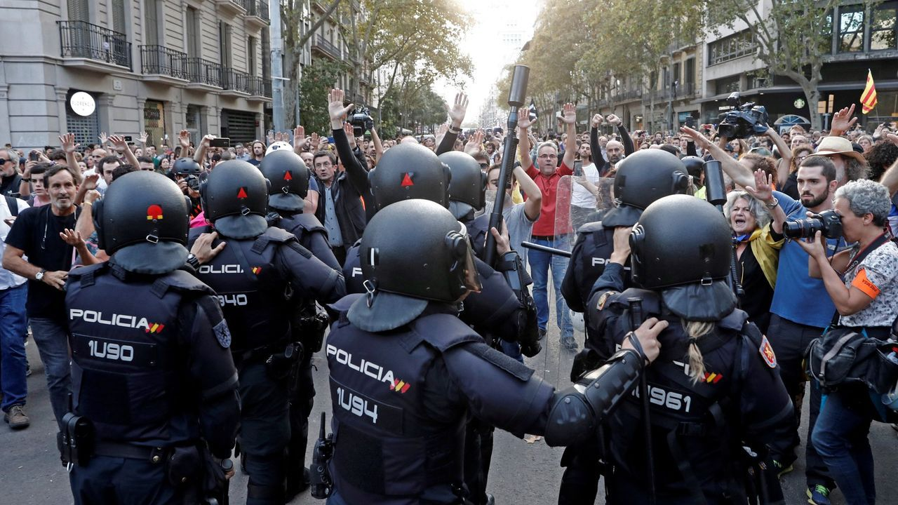 Así fue el recibimiento de los 30 policías de la UIP en A Coruña.Un coche fúnebre llega este martes al Valle de los Caidos para el ensayo de la exhumación de Franco, prevista para el 24 de octubre