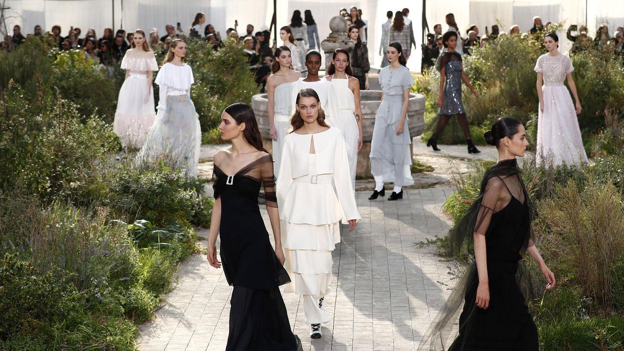 El desfile incluyó una serie de vestidos con encajes de Chantilly en blanco y negro, con escote palabra de honor y faldas rectas alargadas mediante tules transparentes bordados con pedrería