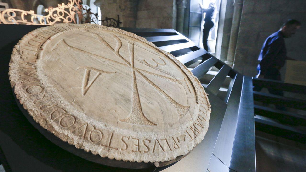 murciélagos.El Crismón de Quiroga —en su ubicación actual en la imagen— es un disco de mármol de O Incio labrado con un anagrama que representa el nombre de Cristo y un inscripción en latín grabada en su borde