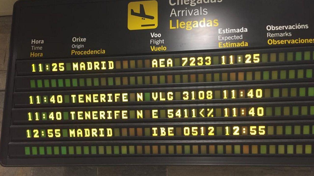 Panel de llegadas en Alvedro en la mañana de este sábado