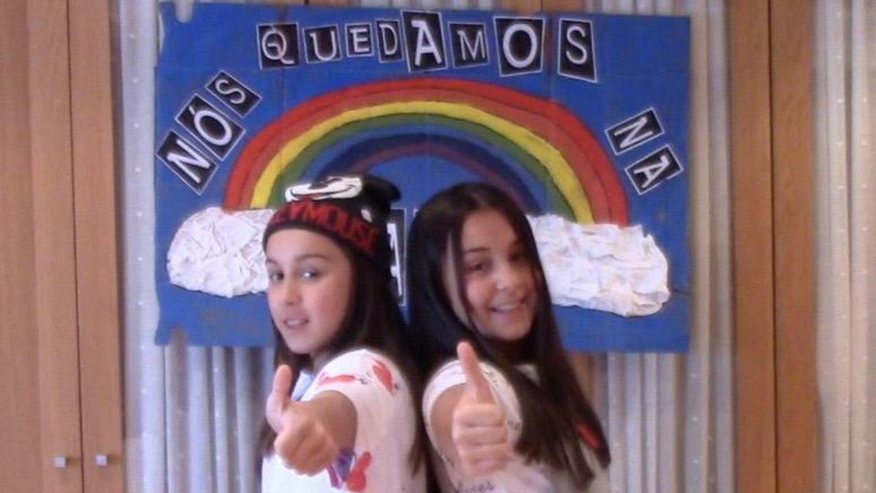 Noa y Lúa, en el vídeo elaborado junto a sus padres, profesores en Sarria, para animar a confinarse contra el coronavirus