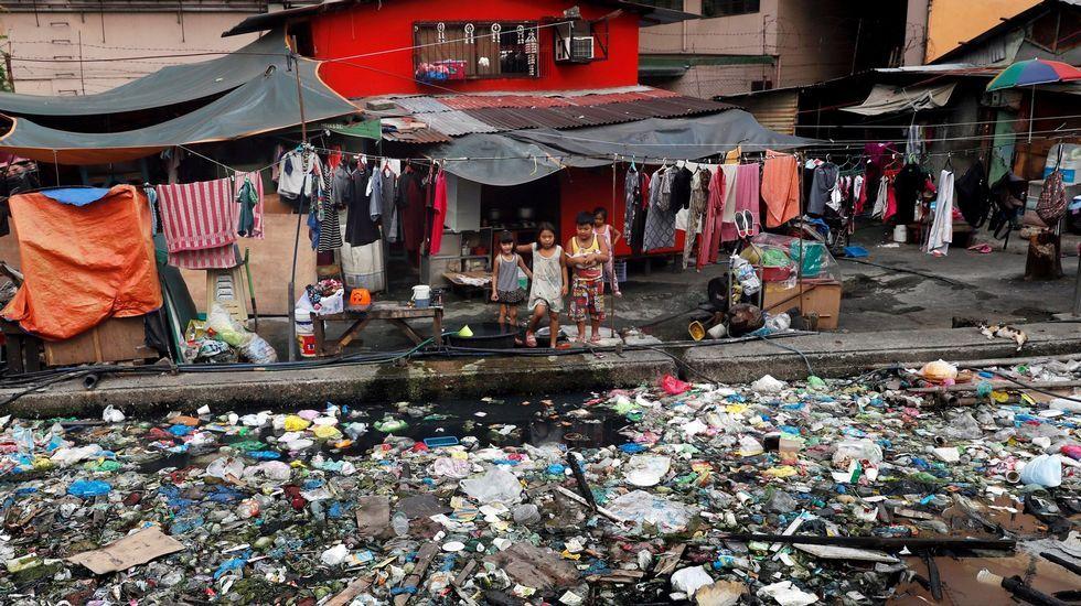 La comarca, a vista de pájaro.Un canal ocupado por lixo plástico en Manila. Filipinas é, segundo Greenpeace, o terceiro país asiático que máis plástico arroxa aos océanos