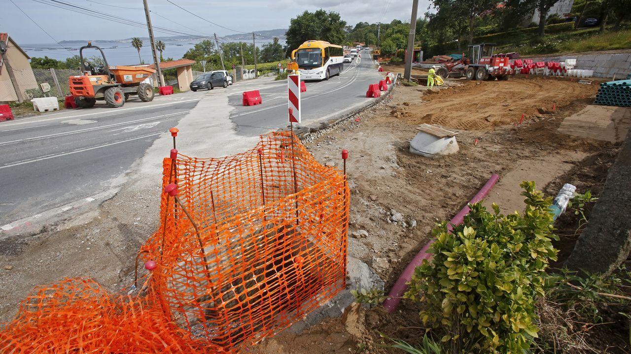 Las obras que están en ejecución en el acceso a la playa de Lapamán, en Bueu, obligan a dar paso alternativo a los vehículos, provocando retenciones