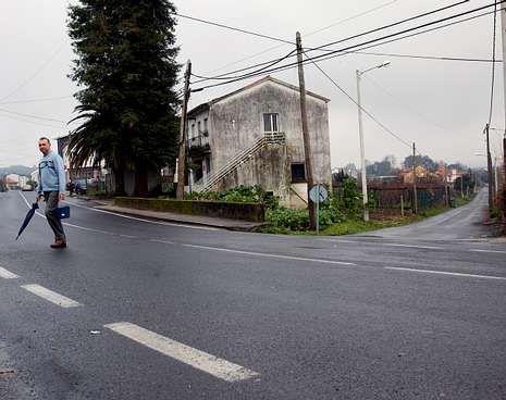 Un vecino cruza la vía en el punto para el que se pide un paso.