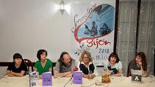 Las historietistas Ana Penyas (i), Laura Pérez (3d), Carmen Vila (d), Antonia Santolaya (2i) y Laura Fernandez (2d), durante el encuentro con los medios de comunicacion en la Semana Negra de Gijón, en donde se analizó la contribución de las mujeres autoras en el mundo del cómic.