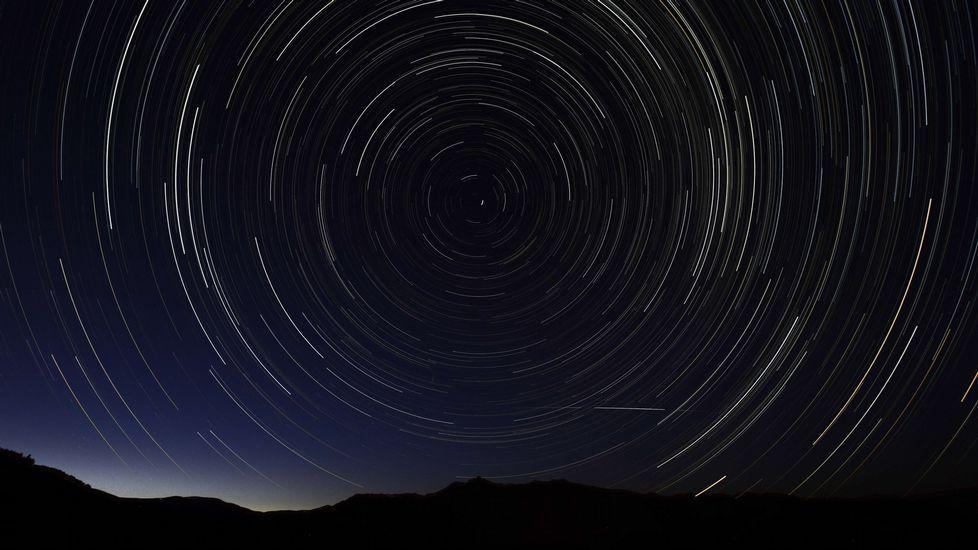Las mejores imágenes de las Perseidas.Un rayo de la tormenta de anteanoche sobre la ciudad de Viveiro, en la noche de las Perseidas.