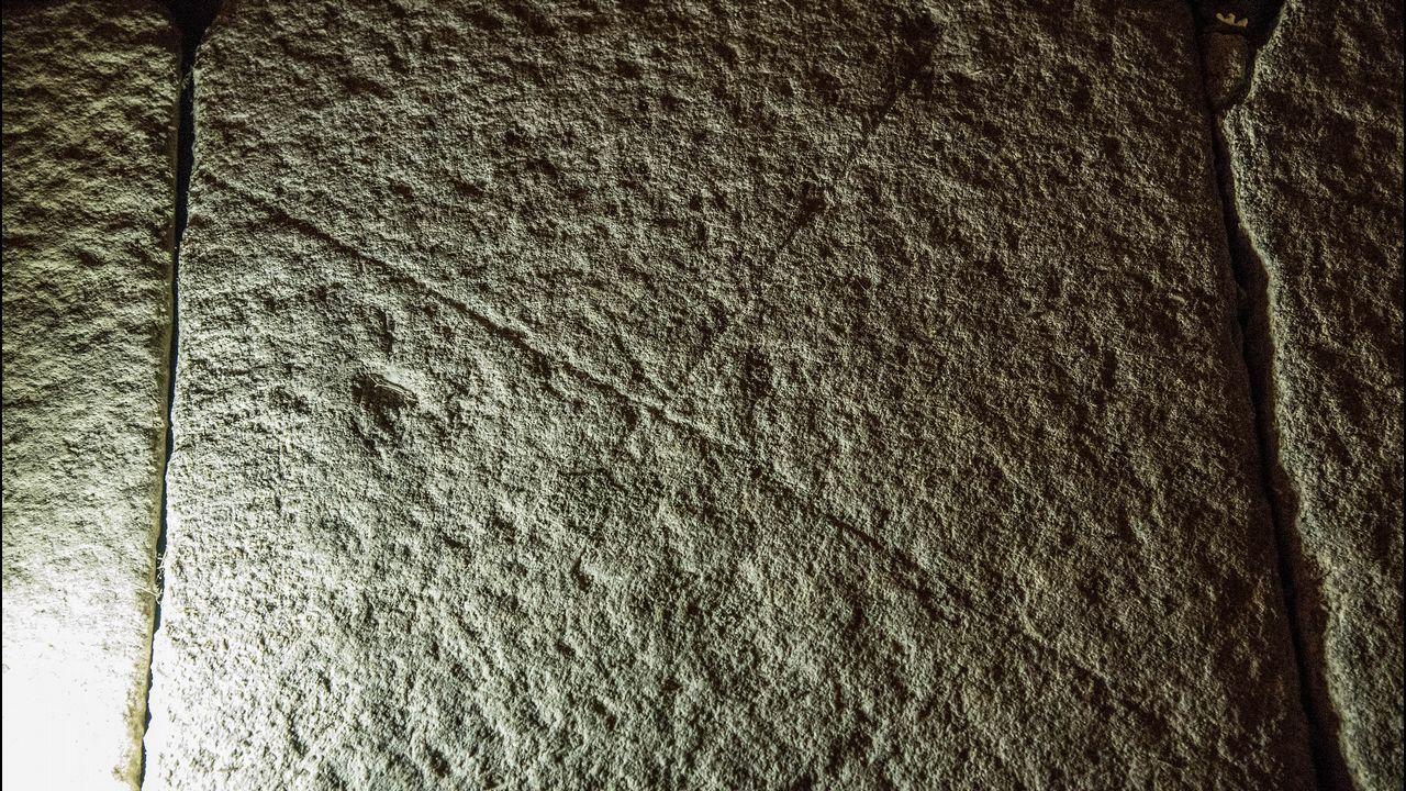 Un fragmento de los croquis de obras grabados en el piso de la iglesia