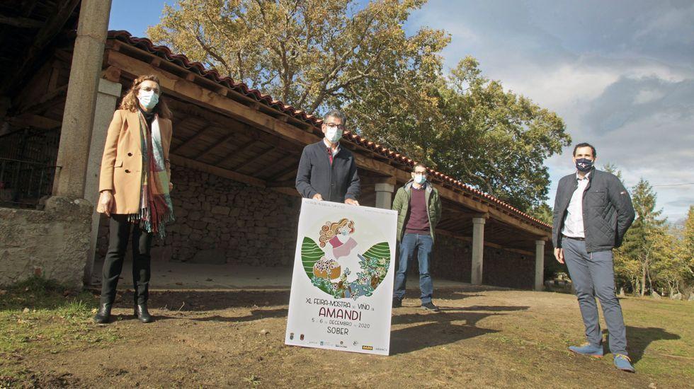 El alcalde, Luis Fernández Guitián, con el cartel de la 40 Feira do Viño de Amandi, este sábado junto a los pendellos restaurados de Cadeiras