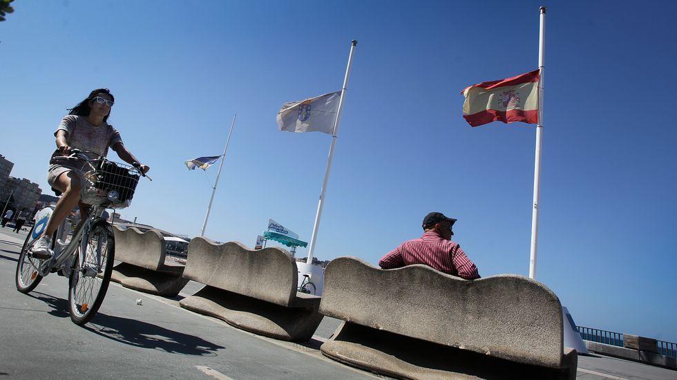 Banderas a media asta en A Coruña.
