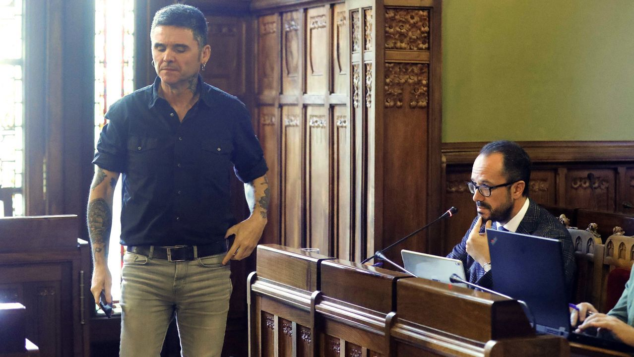 El diputado de Podemos Rafael Palacios (i) y el de Vox, Ignacio Blanco (d), durante la comisión de Cultura, Política Llingüística y Turismo