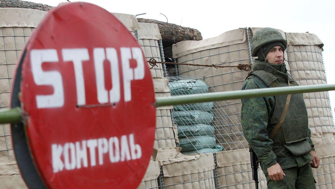 Un militar de la República Popular de Donetsk separatista hace guardia en un puesto de control en el asentamiento de Petrovskoye