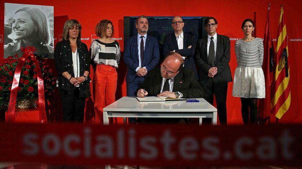 El primer secretario del PSC, Miquel Iceta, firma el libro de condolencias.