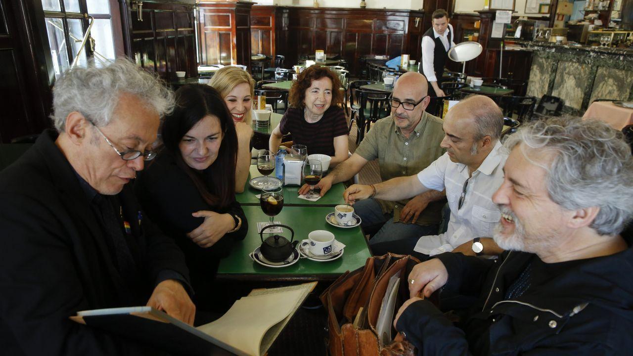 Os sete autores reunidos por Fugas, no café Derby, no que Valle-Inclán deixou a súa pegada