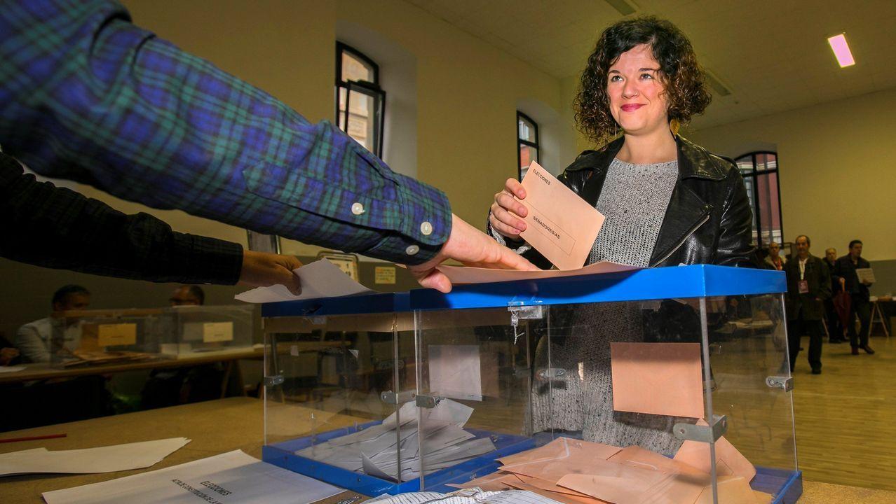 a cabeza de lista de Unidas Podemos al Congreso por Asturias, Sofía Castañón, ha acudido a depositar a votar en el colegio electoral ubicado en el centro educativo Jovellanos de Gijón