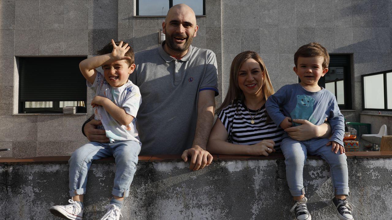 Pablo Estévez, junto a su familia en la terraza donde representaba sus actuaciones del confinamiento