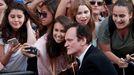 Tarantino, el pasado 22 de julio, posando para unas fans, durante el estreno en Los Ángeles del filme «Érase una vez en Hollywood»