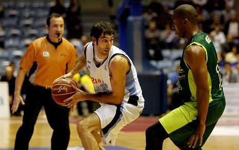 El Unicaja perdió en la primera vuelta en Sar por 79-61, con 21 puntos de Corbacho.