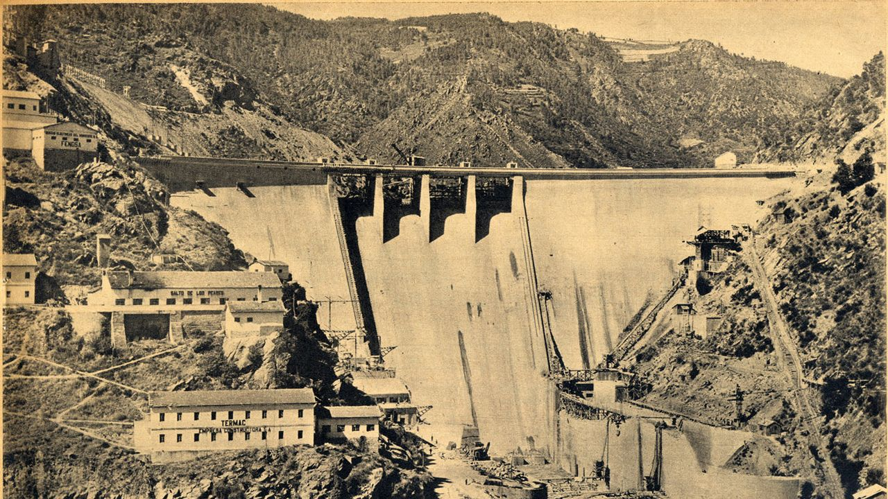 Una vista frontal del muro de la presa tal como se encontraba en septiembre de 1954