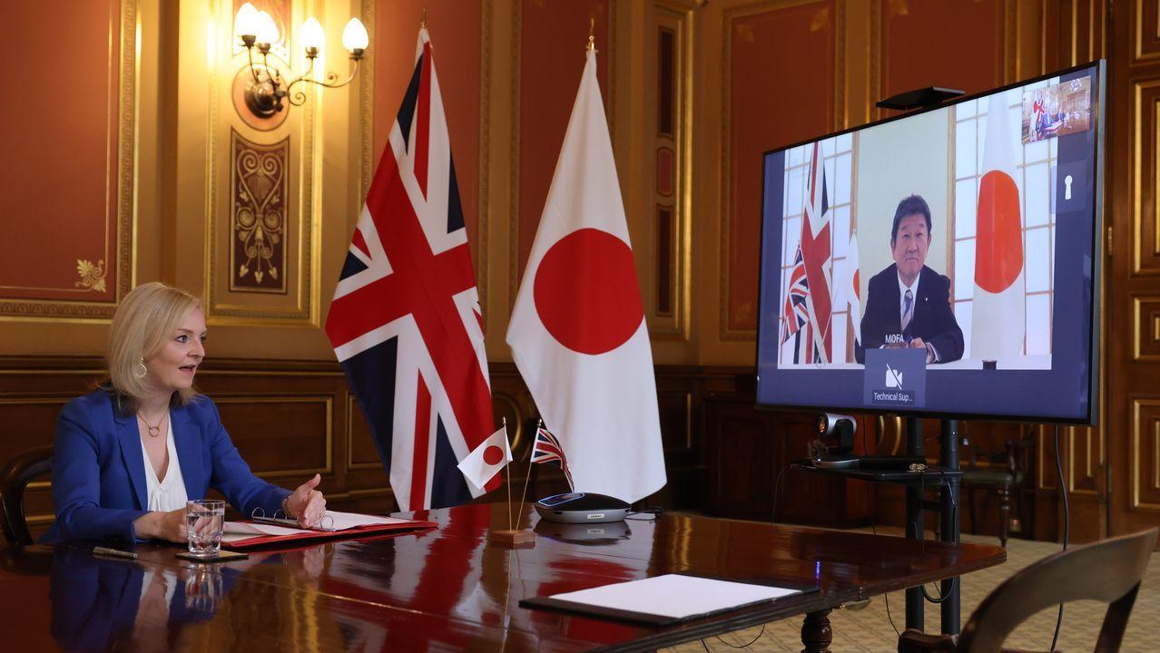 La secretaria de Comercio británica,Liz Truss, charla con el ministro japonés de Asuntos Exteriores, Toshimitsu Motegi