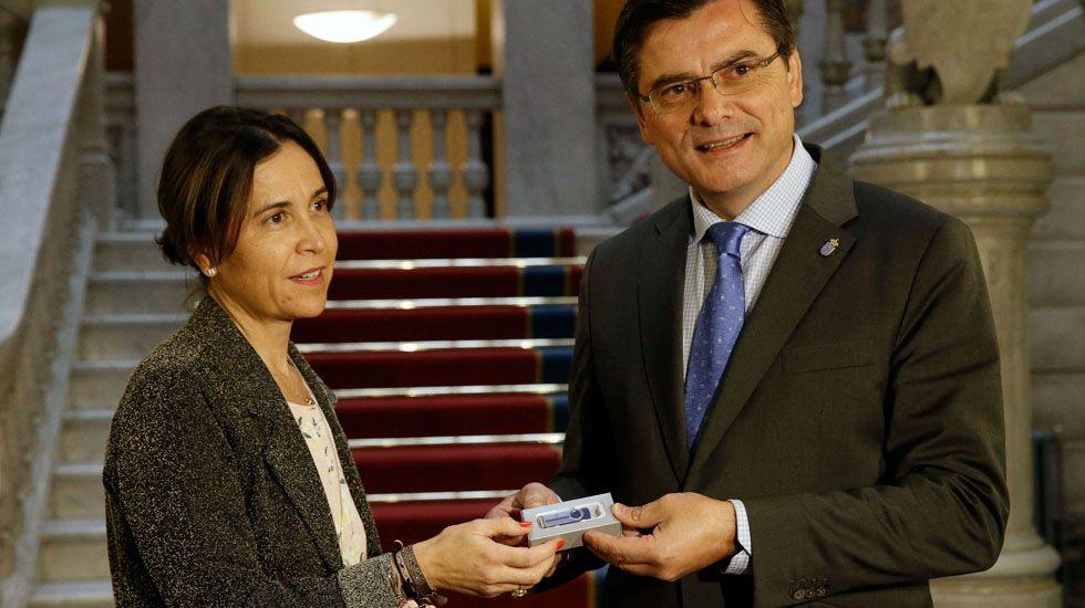 Proyecto de la Zalia.La consejera de Hacienda, Dolores Carcedo entrega el proyecto de presupuestos al presidente de la Junta General, Pedro Sanjurjo.