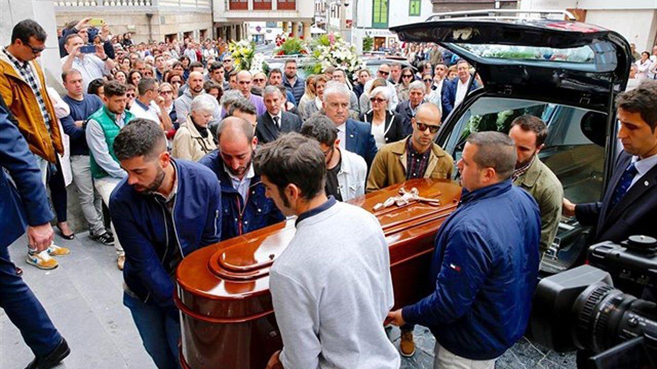 La maleza y la basura se comen el viejo HUCA.Multitudinaria despedida en Cudillero para el profesor David Carragal, asesinado en una fiesta de Oviedo