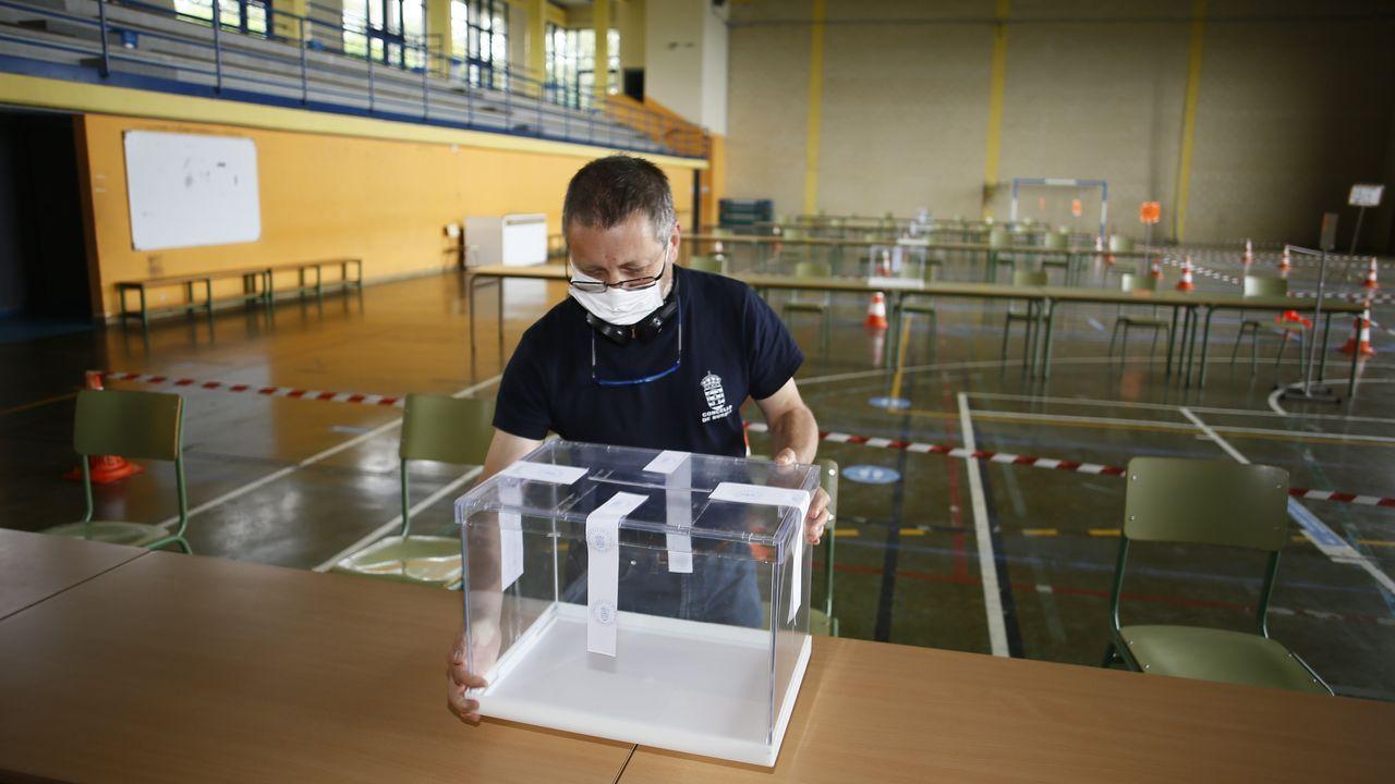 Pabellón polideportivo de Burela acondicionado para las votaciones autonómicas del domingo