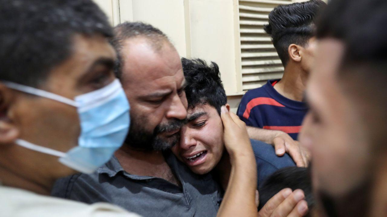 La escalada militar en Oriente Medio se cobra la vida de más de un centenar de palestinos.El familiar de uno de los palestinos muertos en el bombardeo de Gaza es consolado en el hospital