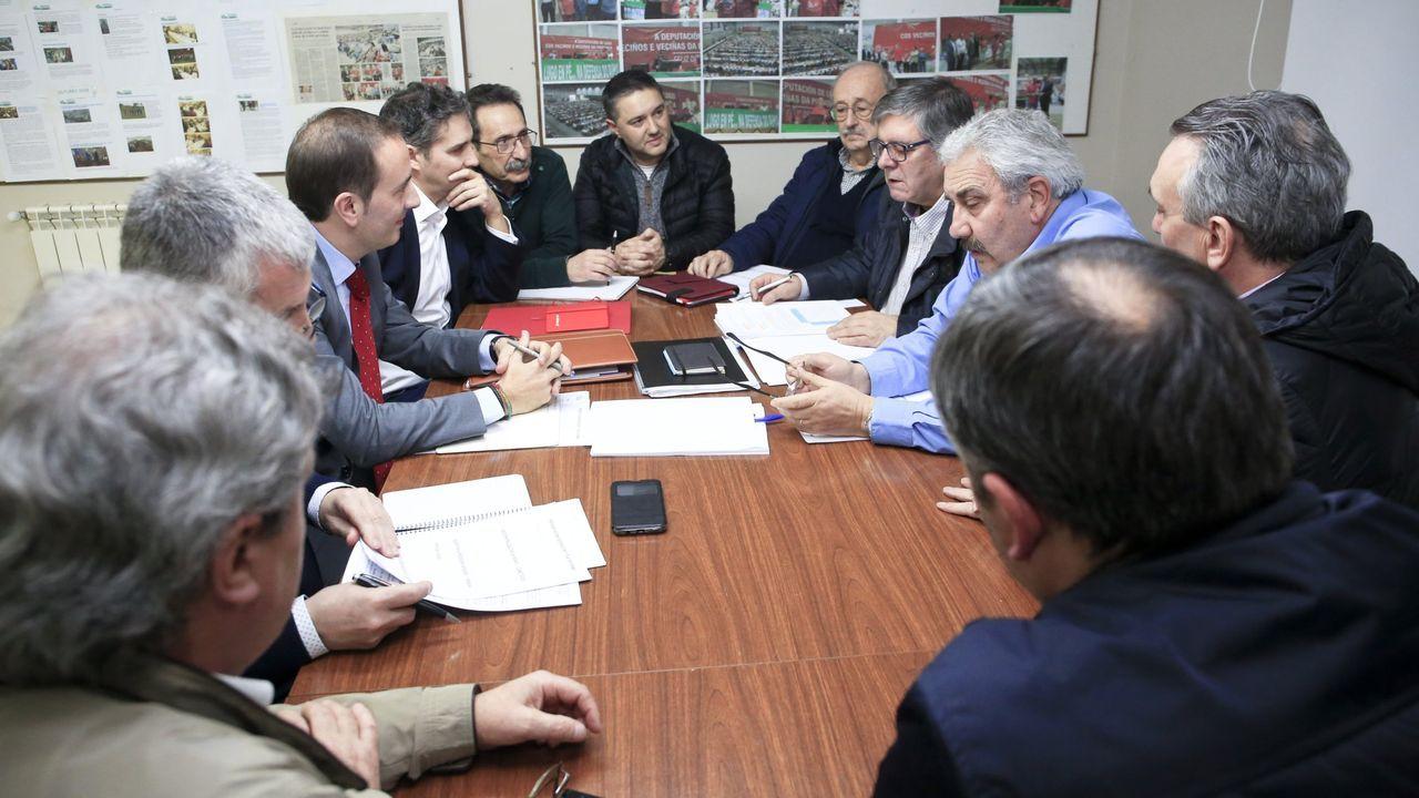 Valdeorras reclama que se mantenga la venta de billetes de tren en O Barco y A Rúa.Miembros de la federación vecinal en una reunión con responsables de Renfe en Galicia el pasado febrero