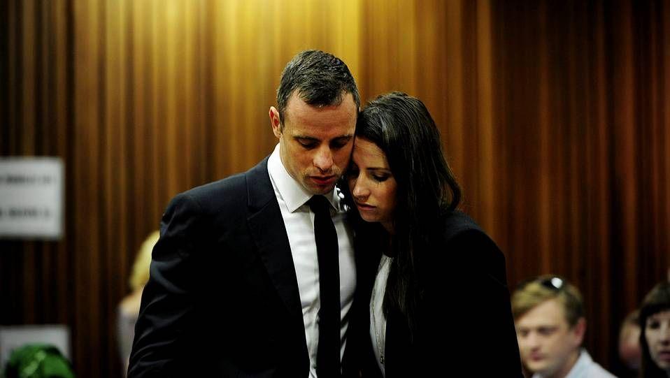 Oscar Pistorius con su hermana Aimee durante el juicio por el asesinato de su novia, la modelo Reeva Steenkamp